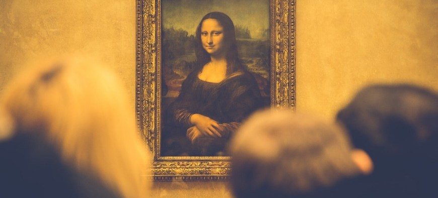 Mona Lisa surrounded by crowd of tourists