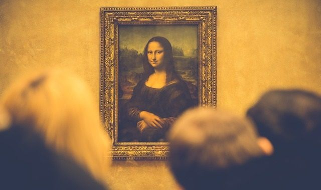 Mona Lisa in the Louvre surrounded by crowd